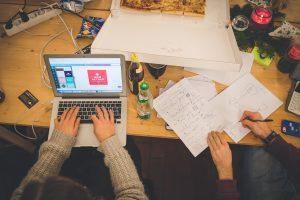 Detailbild zur Zusammenarbeit mit Papier und Stift und Grafik am Notebook (und Pizza)