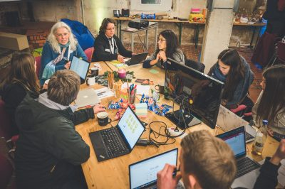 Hackathon in Action: Es braucht bunte Post-Its, Computer, Club Mate, Engagement und gute Laune