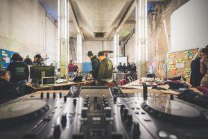Gute Laune: das DJ Set ist bereit