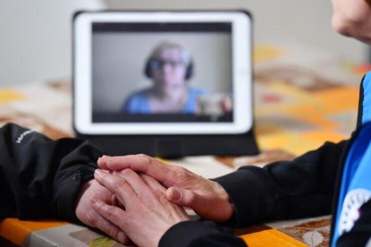 Zu sehen ist eine mögliche Verbindung von Beratungs und Technik mit zwei Menschen im Gespräch im Vordergrund und einer dritten Person im Hintergrund, die per Videokonferenz dazugeschaltet ist.