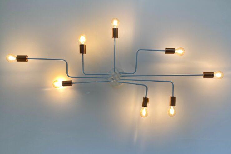 Ein Lampengebilde zeigt, wie ein Netzwerk zum leuchten kommt.